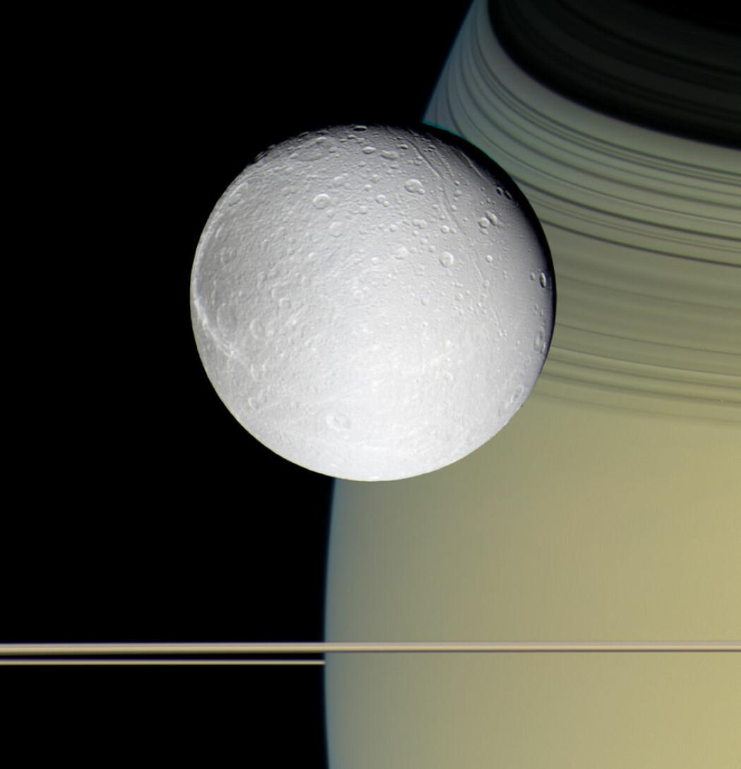 Dette er månen Dione. Mye tyder på at Dione har flytende saltvann på innsiden i likhet med Enceladus. (Bilde: NASA / Jet Propulsion Laboratory / Space Science Institute)