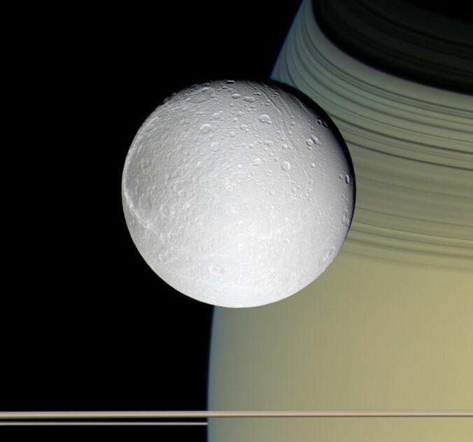Dette er månen Dione som romsonden Cassini tok bilde av. Mye tyder på at Dione har flytende saltvann på innsiden i likhet med Enceladus. (Bilde: NASA / Jet Propulsion Laboratory / Space Science Institute)