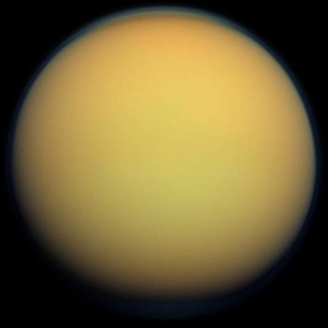 Titan er en spennende måne som ligner ganske mye på jorda. Den har atmosfære, landskap med fjell og sanddyner, vind og regn. Men regnet og innsjøene er av gassene metan og etan istedenfor vann. (Bilde: NASA)