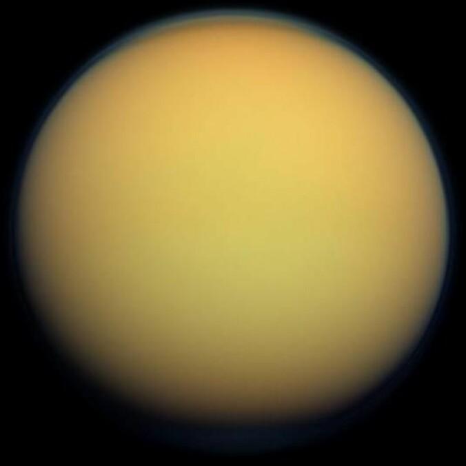 Titan er en spennende måne som ligner ganske mye på jorda. Den har atmosfære, landskap med fjell og sanddyner, vind og regn. Men regnet og innsjøene er av metan og etan istedenfor vann. (Bilde: NASA)