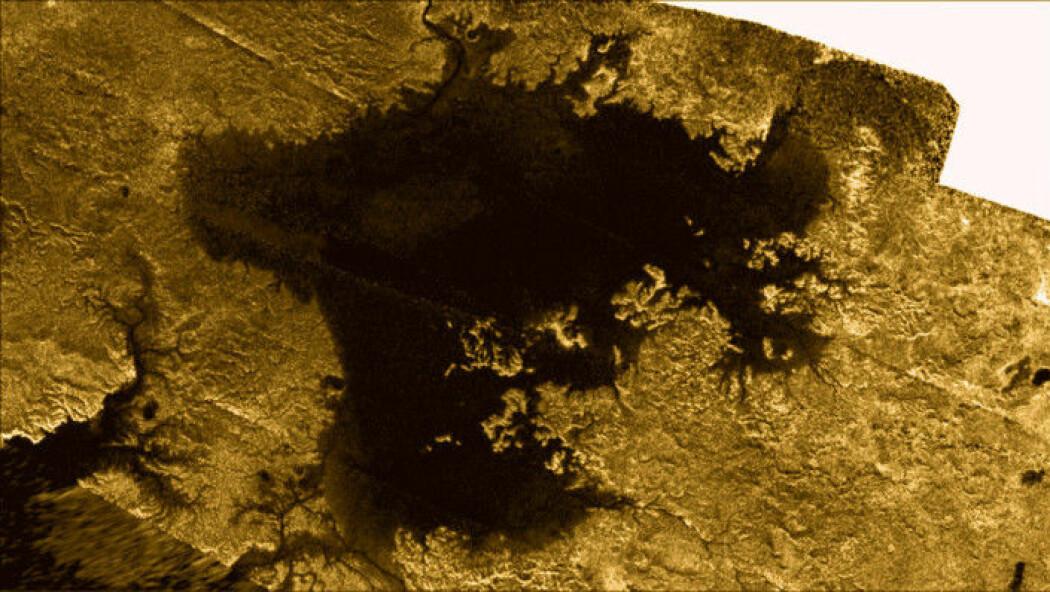 Bildet viser en av metan-innsjøene på Titan. (Bilde: NASA/JPL-Caltech/ASI/Cornell)
