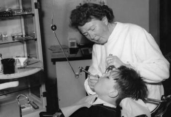 Staten har betalt for tannpleie for barn siden folketrygdens begynnelse. Her er en skoletannlege fra 1950-tallet i arbeid. (Foto: Ragnar Johnsen/Wikimedia Creative Commons)