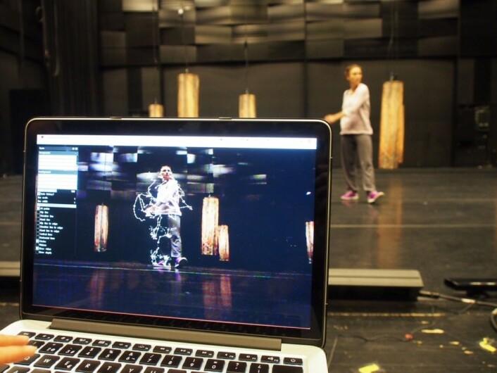 Slik blir testpersonens bevegelser omdannet til punkter og streker på en dataskjerm. (Foto: AHO, Lise Amy Hansen)