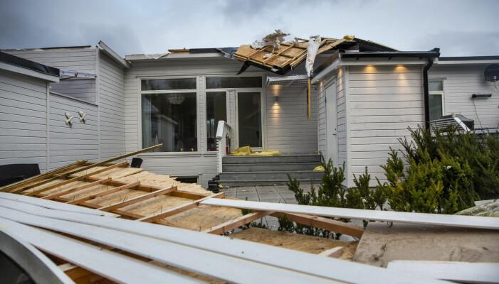 Vind med orkan styrke rev taket av disse rekkehusene i gata Sjøleik på Tananger i Rogaland, 2013. Foto: Tore Meek / NTB scanpix
