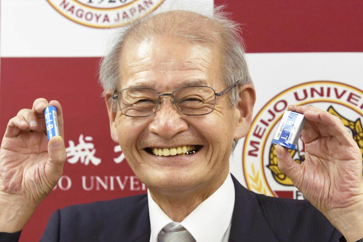 Akira Yoshino var en av tre forskere som fikk Nobelprisen i kjemi. Journalister spurte ham hvorfor han hadde jobbet med batterier. Jeg var nysgjerrig, svarte Yoshino. (Yoshiaki Sakamoto/Kyodo News via AP)
