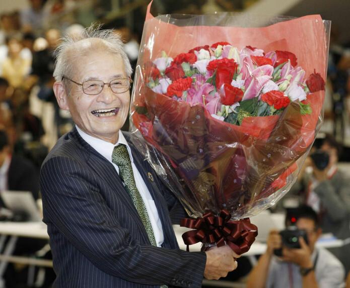 Nobelprisvinner Akira Yoshino gjorde litium-ionbatteriene trygge å ta i bruk. Her møter han pressen i Tokyo med en fersk blomsterbukett, like etter at prisen ble kunngjort. (Foto: Yuta Omori / Kyodo News via AP / NTB Scanpix)