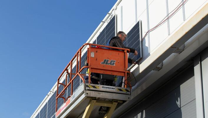 Mange bygg egner seg godt for solceller. Her fra et hangarbygg på Bardufoss. (Foto: Tomas Rolland, UiT)