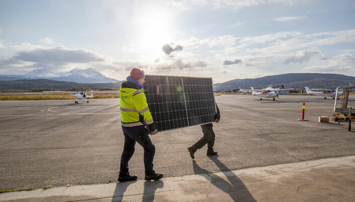 Dette solcellepanelet skal benyttes til å lade elfly. Det er nå en del av en hangarvegg der 100 kvadratmeter er dekket av solceller. (Foto: Tomas Rolland)