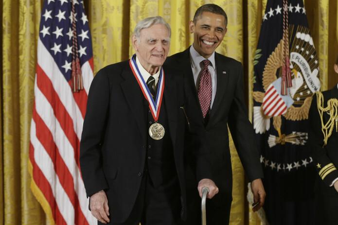 97 år gamle John B. Goodenough er den eldste personen som er blitt tildelt en nobelpris. I dette arkivfotoet fra 2013 får han en medalje for forskningsinnsats fra daværende president Barack Obama. (Foto: Charles Dharapak / AP Photo / NTB Scanpix)