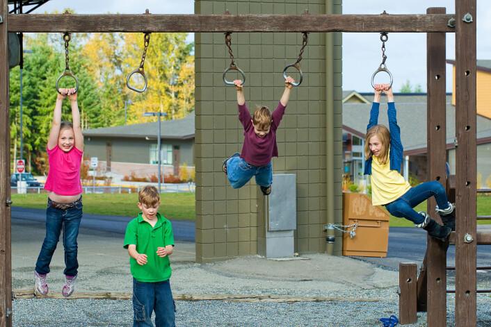 Forsker mener vi må ta på alvor at barna ofte trives bedre med å gå, hoppe, henge og springe enn å sitte ved pulten. (Foto: Mat Hayward/Microstock)