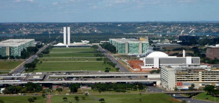 Brasilia må sees fra luften for å få inntrykk av arkitekten Oscar Niemeyers visjon. På bakkenivå går fotgjengerne langs endeløse avenyer med opptil tolv felts motorveier. (Foto: Heitor Carvalho Jorge, Creative Commons)