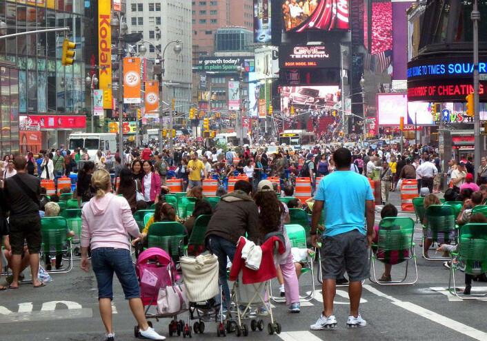 Gatene rundt Times Square i New York ble stengt for biltrafikk i forbindelse med Memorial Day i slutten av mai 2009. Folk fikk utdelt grønne klappstoler som en forsøksordning. I dag er klappstolene erstattet av benker, og forsøksordningen var så vellykket at den er permanent. (Foto: Jim Henderson, Wikimedia Commons)