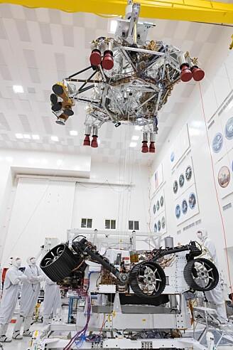 Fra Jet Propulsion Laboratory 28. september i år. Roveren nederst i bildet. Øverst i bildet ser vi rakettmodulen som skal frakte roveren den siste biten ned mot Mars-overflaten. (Foto: NASA/JPL-Caltech)