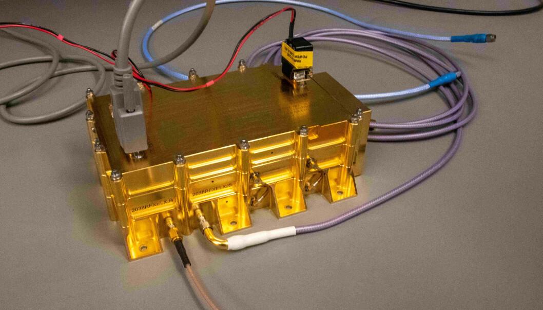Rimfax består av en antenne og en gullbelagt boks. Den inneholder teknologien som gjør det mulig å avlese mer om Mars' indre. (Foto: Lars Aarønæs)