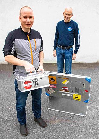 Da den sentrale enheten i Rimfax skulle fraktes over Atlanteren, måtte Sverre Brovoll (til venstre) og Leif Damsgård sørge for å ha full kontroll over transporten. Rimfax-kofferten i aluminium kunne ikke kjøres gjennom røntgenmaskin, og den skulle alltid håndbæres. Folk fra NASA fulgte forskerne på hele turen. (Foto: Lars Aarønæs)
