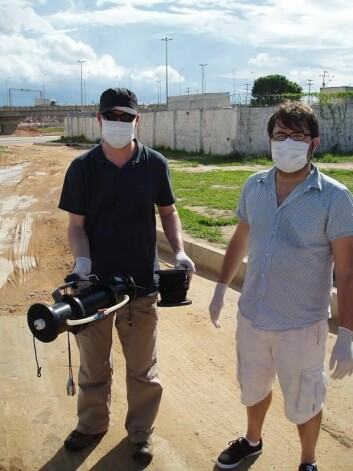 Kevin Thomas og Luca Nizzetto under prøvetaking i Brasil. (Foto: Katherine Langford)