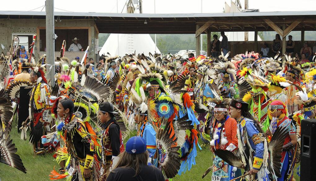 Fra Beaver Lake Cree Nation Pow Wow 2014 i Nord-Alberta, Canada. Pow Wows er ikke bare en viktig sosial samling med blant annet profesjonelle dansekonkurranser, men også en svært politisk hendelse hvor fellesskap og solidaritet med urfolk på tvers av landegrenser demonstreres. (Foto: Lena Gross).