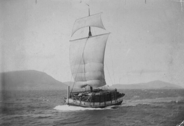 Jekt med tørrfisklast fra Nordland cirka 1903. Båt var det vanligste framkomstmiddelet, uansett hva man skulle. Av den grunn var også drukningsulykkene hyppige. Foto: Th. Iversen / Norsk Folkemuseum (public domain)