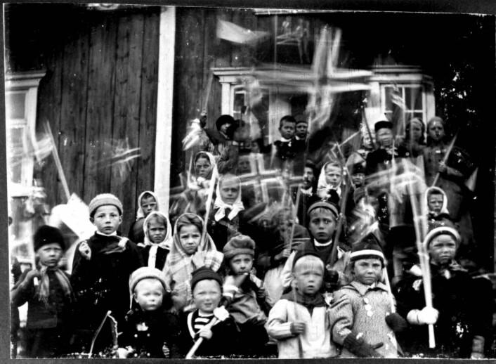 Barn fra Porsanger i Finnmark vaier med norske flagg. Kan det være 17. mai-feiring 1897-98? Foto: Norsk Folkemuseum (public domain)