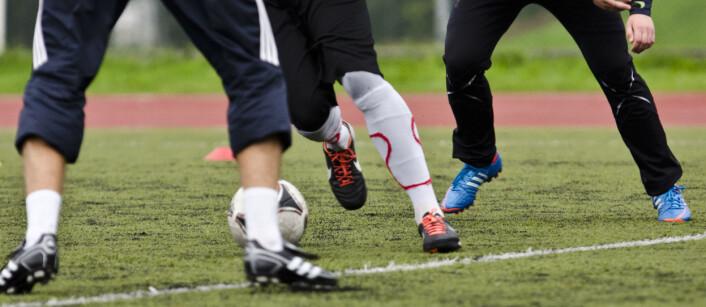 Forebyggende trening kan halvere antallet skader i både fotball og håndball. Likevel er det mange som ikke bruker nok tid på skadeforebygging. (Foto: Andreas B. Johansen, NIH)