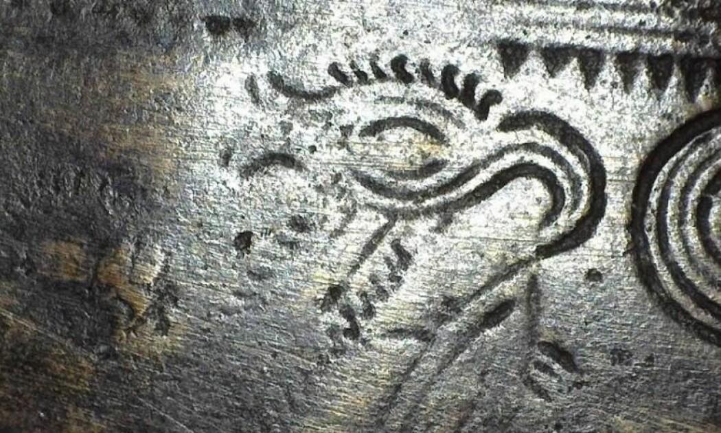 Her ser du et mystisk vesen på en barberkniv fra Farsø i Danmark: Kanskje et vesen med et overdimensjonert øye og nebb, kanskje en fugl med fiskehale. (Foto: Laura Ahlqvist)