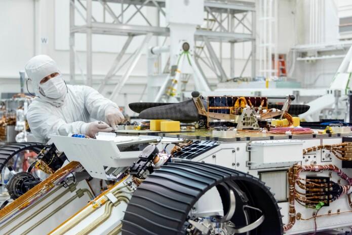 Rimfax-radaren blir montert på Mars2020-roveren. Den hvite metallskjermen bak roveren er radarantenna, laget i et verksted på Kjeller. (Foto: Gregory M. Waigand / NASA/JPL-Caltech)