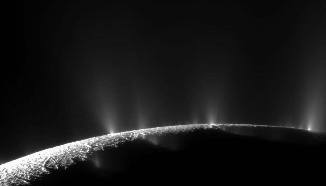 Ut fra en av Saturns måner, Enceladus, spruter fontener ved polene ispartikler ut i rommet. Romsonden Cassini tok dette bildet, og sonden har også kjørt igjennom skyer med slike ispartikler for å finne ut hva de inneholdt og analysert vann fra månen i Saturns E-ring. (Bilde: NASA/JPL/Space Science Institute)