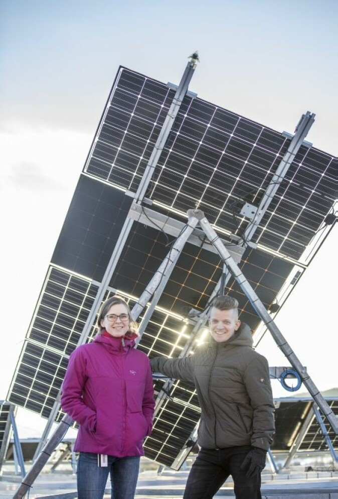 Forsker på energi fra solcellepanel: Postdoktor Clara Good ved Institutt for fysikk og teknologi og teknisk sjef Tage Jenssen ved University of Tromsø School of Aviation (UTSA). (Foto: David Jensen)
