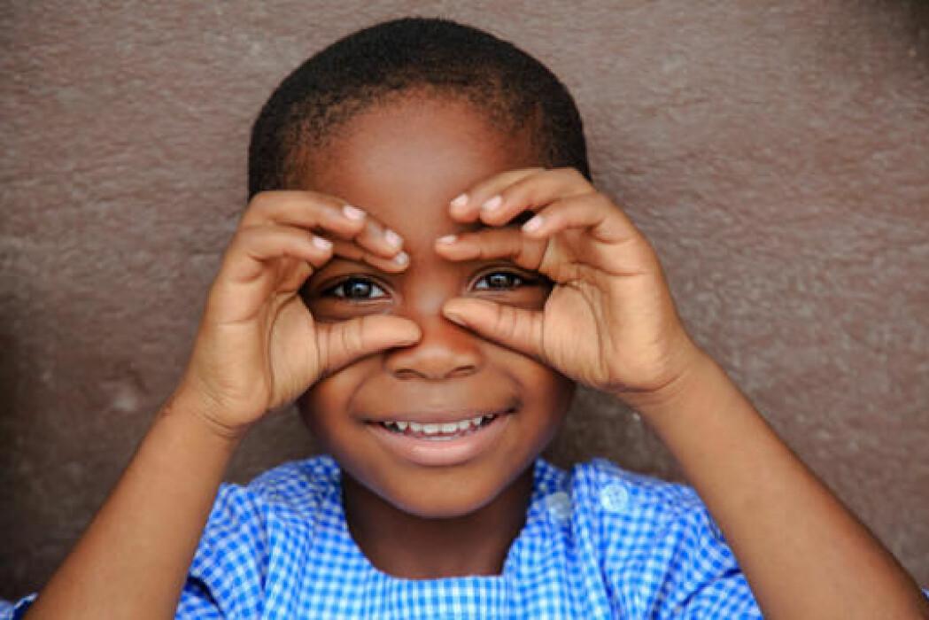 En glad unge i Elfenbenskysten. Framgangen i helse for mødre og barn har gått raskt de siste årene. (Foto: Diara/UNICEF)