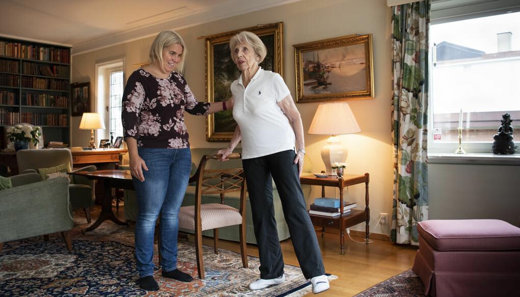 Berit Knudtzon strekker ut og gjør forskjellige øvelser hjemme hver dag. I tre måneder fikk hun hjelp til treningen av forsker og fysioterapeut Sara Cederbom. (Foto: Sonja Balci)