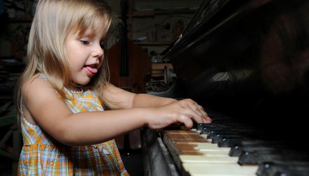 Det hjelper å ha uthvilt hjerne når du skal lære å spille piano. (Foto: Colourbox)