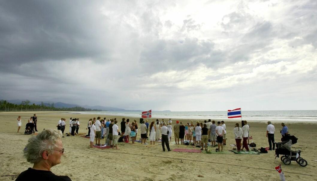 Nærmere en kvart million mennesker mistet livet i tsunamien som rammet Asia andre juledag 2004. 84 norske ofre ble minnet under en minneseremoni på stranden i Khao Lak året etter.  (Foto: Scanpix, Arash A. Nejad)