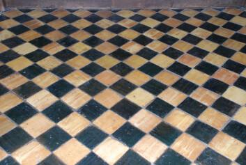 I koret var det teglfliser med grøn eller brun glasur, lagt i mønster. Det var ikkje eit vanleg syn i Noreg på 1400-talet.  Foto: Sigrun Høgetveit Berg