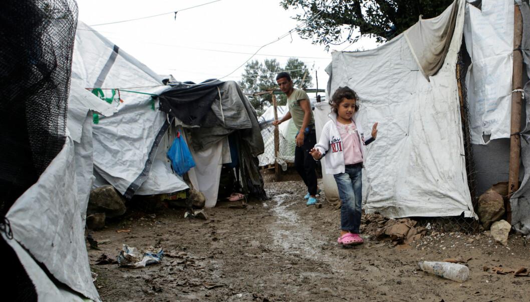 – Det er umulig å forestille seg hva det å leve i Moria innebærer, for de kvinner, menn og barn som oppholder seg der. De mangler det meste; husvære, klær, skikkelig mat, og tilgang til helsetjenester, skriver Klevan og Karlsson (Foto: Elias Marcou / Reuters / NTB Scanpix)