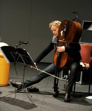 Orning er selv utøvende cellist og har brukt egen kunstnerisk praksis som verktøy i sitt forskningsarbeid. I tillegg til den skriftlige avhandlingen er alle verkene framført av henne selv og spilt inn på en DVD.  (Foto: NMH)