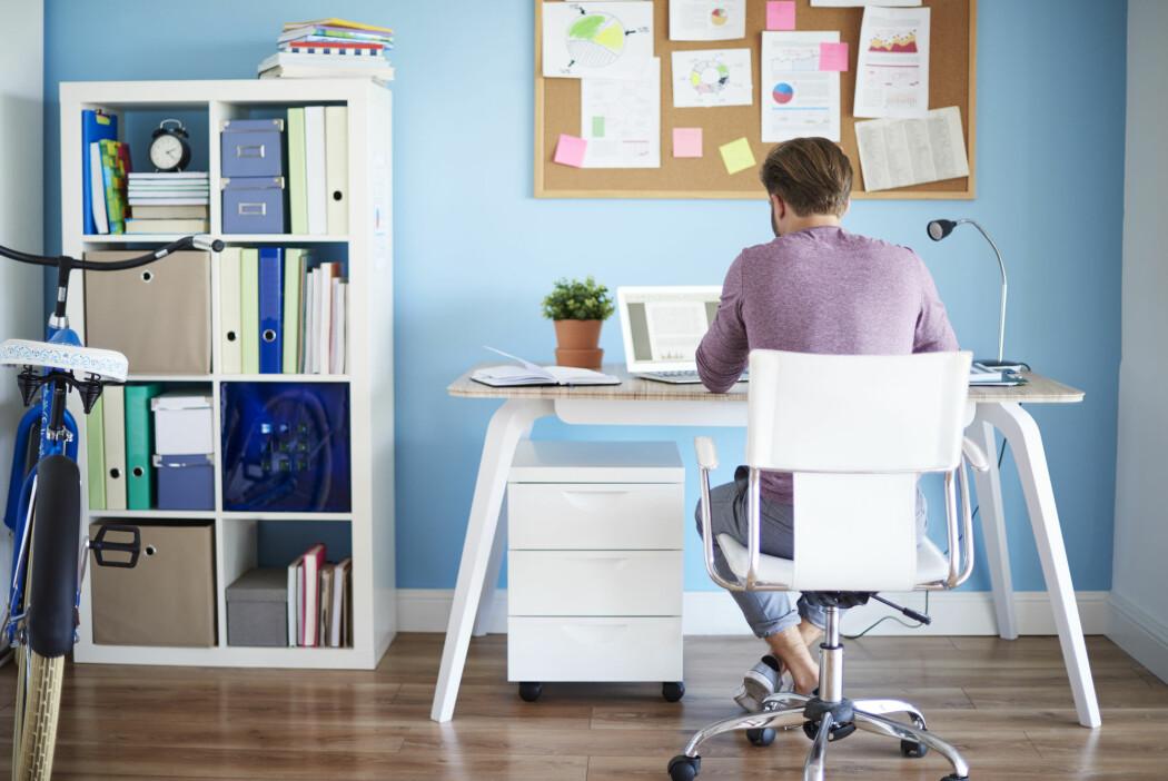 Hjemmekontor blir gjemmekontor: Den som ikke er på kontoret, kan konsentrere seg om en artikkel eller en tankerekke uten å bli forstyrret av kolleger og sjefer. (Illustrasjonsbilde: gpointstudio, Shutterstock, NTB scanpix)