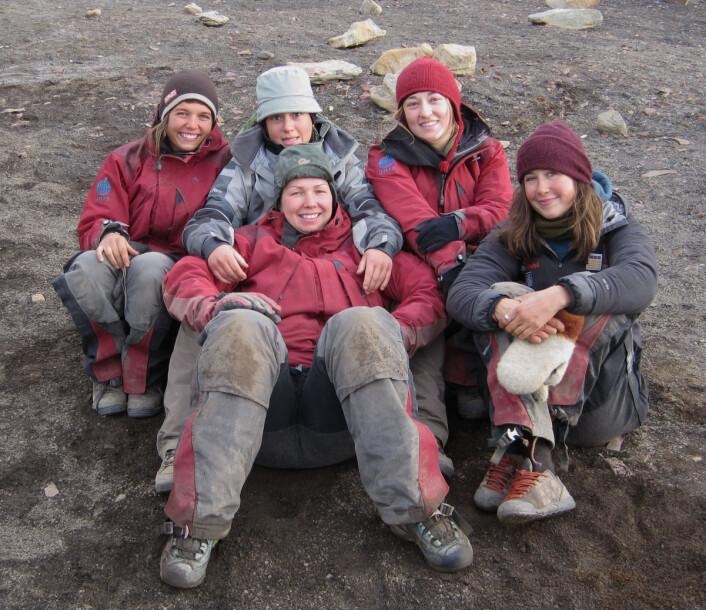 Girl power! I 2010 var vi rekordmange jenter blant Øglegraverne. F.v.: Lene, Marine, Julie og Linn. Foran: Lena. Bak kamera: Nille. (Foto: Nille Ragnhild Staubo Munthe-Kaas)