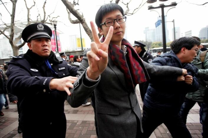 """En mann ble arrestert 20. februar 2011, under en protest i Shanghai. På sosiale medier hadde folk oppfordret til en """"sjasminrevolusjon"""". (Foto: Reuters)"""