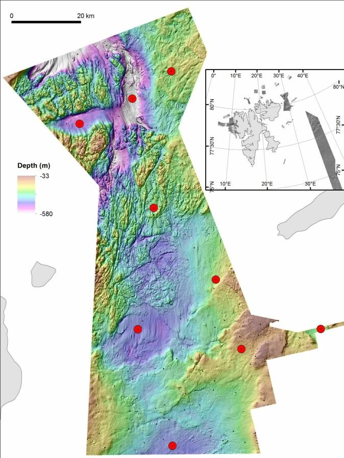 Detaljert dybdekart over kartleggingsområdet i Kvitøyrenna. De røde punktene angir steder hvor det er planlagt prøvetaking av bunnen. De 120 lokalitetene for video-filming av havbunnen er vist som små sorte streker. (Illustrasjon: MAREANO)
