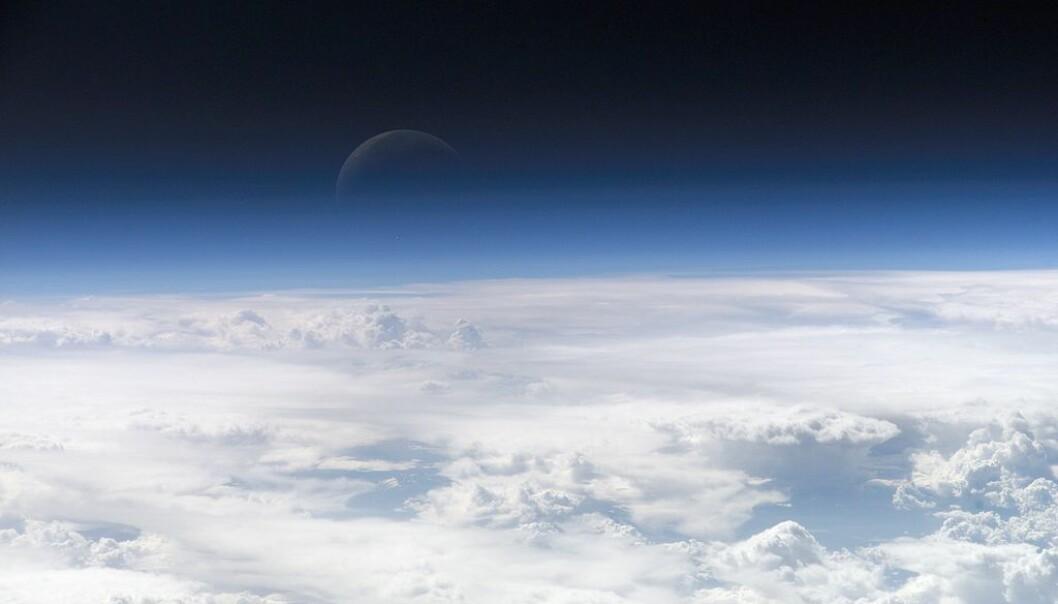 Toppen av jordens atmosfære, sett fra den Internasjonale romstasjonen. Ozonlaget ligger mellom 20 og 30 kilometer over jorden. (Foto: NASA)