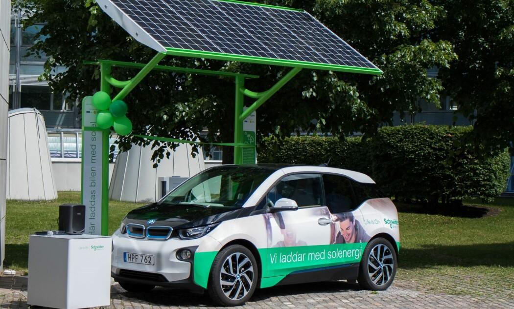 Norske og svenske forskere undersøker om både elbiler og elfly selv langt i nord kan klare seg på solenergi. Dette bildet av en solladestasjon er fra den svenske delen av forskningsprosjektet. (Foto: Schneider electric)