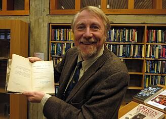 Realfagsbiblioteket ved UiO har også et klenodium som forskere valfarter til. Her er det professor Richard E. Lenski fra Michigan State University som får tatt en selfie med bibliotekets førsteutgave av Charles Darwins Origin of the Species. (Foto: Bjarne Røsjø / UiO).