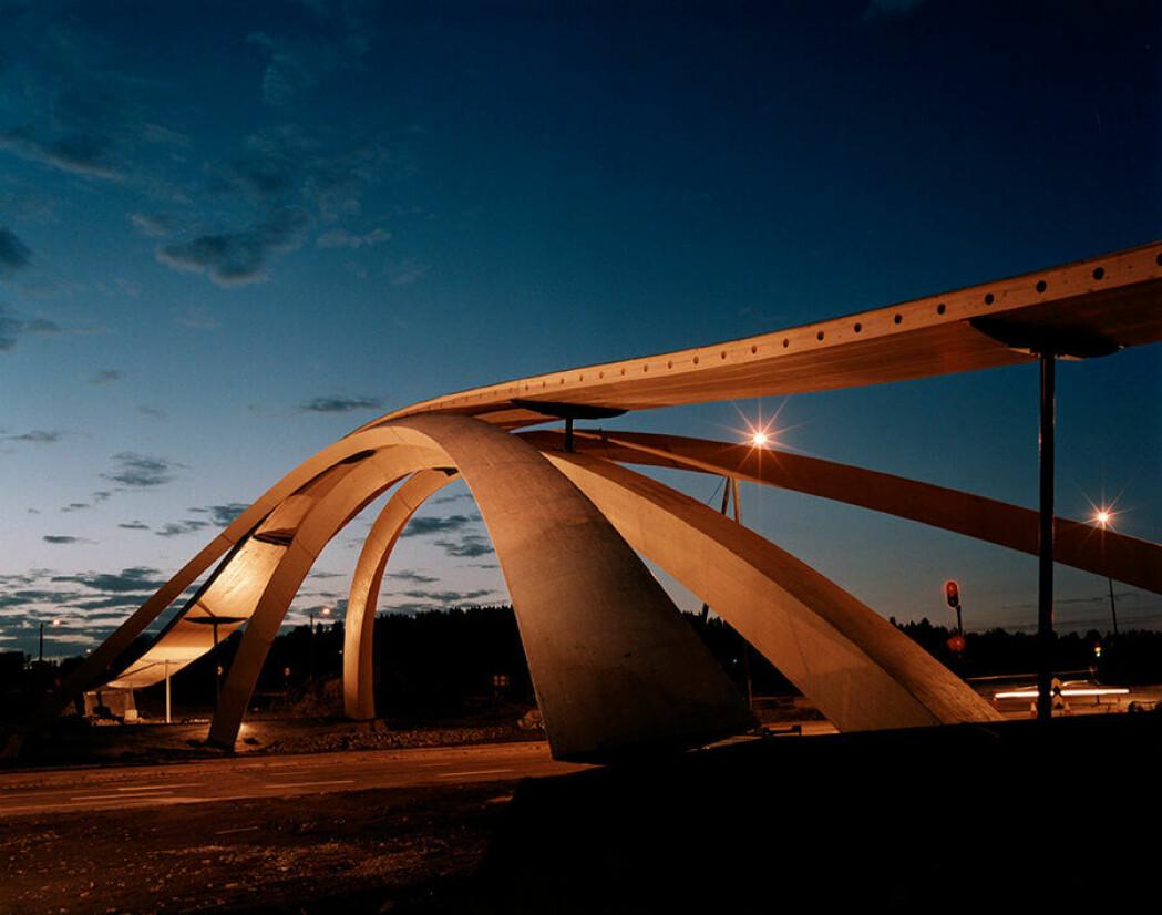 Da Vebjørn Sand så en modell av da Vincis kjempebro i 1996, begynte han arbeidet for å få en lignende bro til Norge. Her er resultatet. Broen er i Ås i Akershus. (Foto: Gallery Sand/Wikimedia Commons)