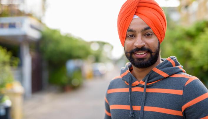 Sikhismen er en bare litt over 500 år gammel religion som noen beskriver som en mellomting mellom hinduisme og islam. Mannlige sikher må gå med turban. Inni turbanen er håret uklipt, men det må alltid være velstelt. Derfor er mannlige sikher pålagt å gå med en kam satt fast i håret inni turbanen. Den kan brukes til å stelle både hår og skjegg. På karikaturtegninger er terrorister ofte blitt framstilt med turban og skjegg. Det har skapt problemer for mannlige sikher. (Foto: Ranta Images / Shutterstock / NTB scanpix)