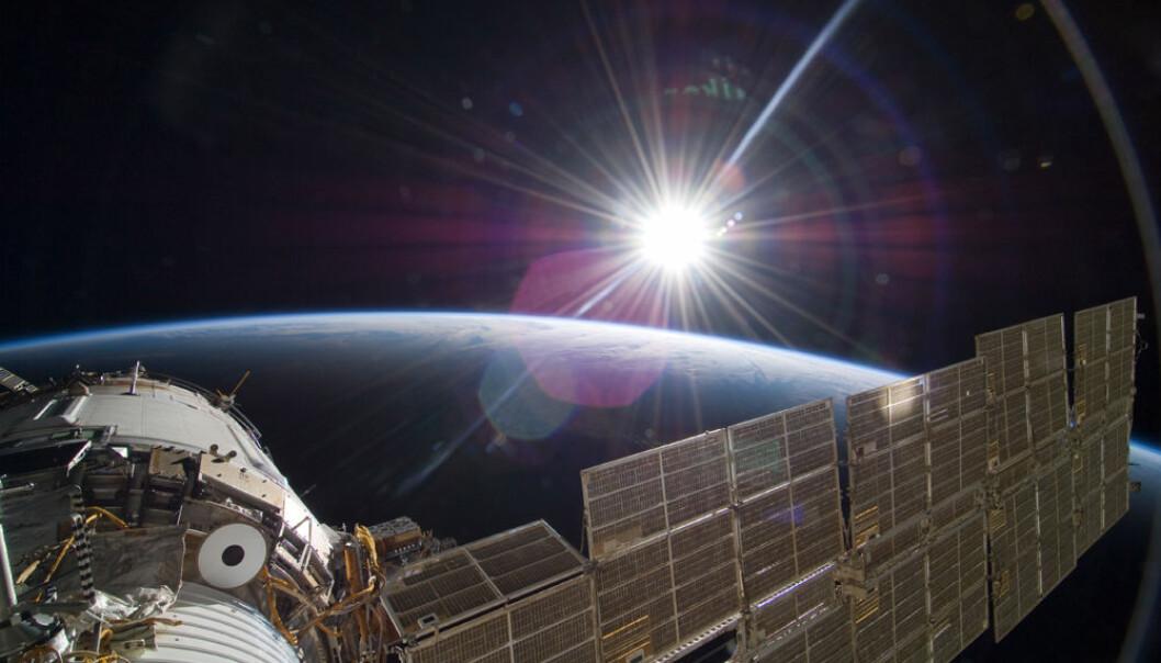Soloppgang over den russiske modulen Zvezda på Den internasjonale romstasjonen, fotografert fra romferga i 2009. (Foto: NASA)