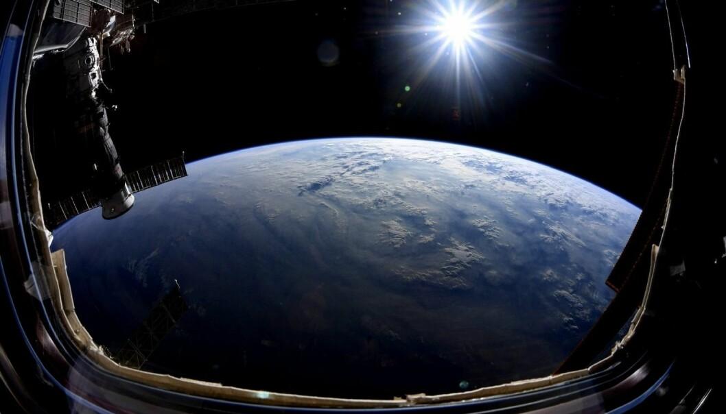 Så lenge vi mennesker tilbringer tid i rommet, vil det være viktig for forskere å lære hvordan eksponering for kosmisk stråling påvirker helsen. Her en utsikt fra vinduet til den internasjonale romstasjonen. (Foto: Nick Hague / NASA).