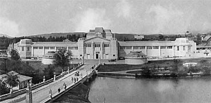 Industribygget var et av hovedbyggene under Jubileumsutstillingen på Frogner i 1914. Kjenner du igjen broen i Frognerparken? (Foto: (Fra utstillingen))