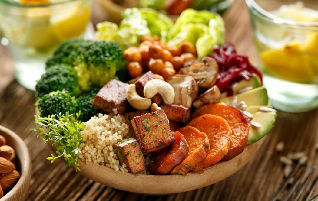 EAT-Lancet-rapporten anbefaler et kosthold med mye grønnsaker og ikke mer enn rundt 56 gram kjøtt og egg om dagen. Har du spist et egg til frokost er altså kvoten brukt opp. (Foto: zi3000 / Shutterstock / NTB scanpix)