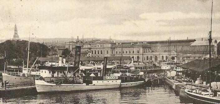 Kristiania havn med jernbanestasjonen i bakgrunnen. Bildet er tatt omtrent der Operaen ligger i dag. (Foto: ukjent)