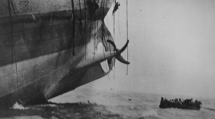 Fartøy torpedert av tysk ubåt under første verdenskrig er i ferd med å synke. (Foto: US National Archives/Wikimedia Commons)